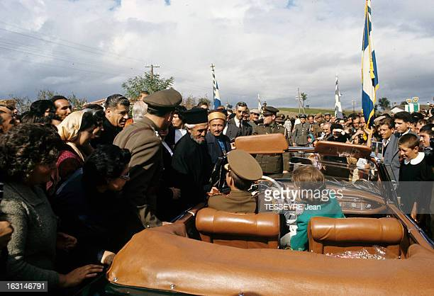 Official Visit Of The King Constantine Of Greece And The Queen AnneMarie Of Greece To Their Country En Grèce parmi une foule dans une voiture...