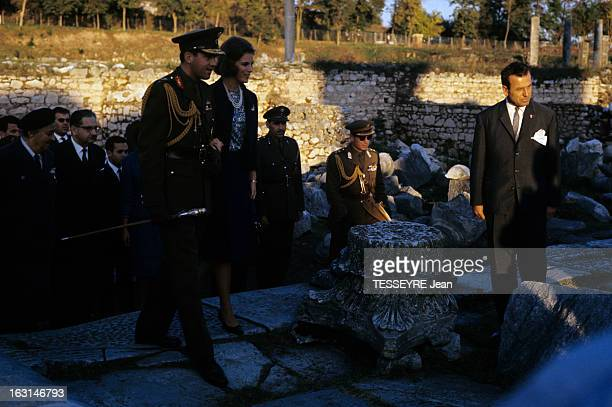 Official Visit Of The King Constantine Of Greece And The Queen AnneMarie Of Greece To Their Country En Grèce sur le site d'un temple en ruines le roi...