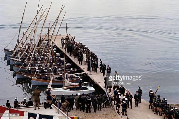 Official Visit Of The King Constantine Of Greece And The Queen AnneMarie Of Greece To Their Country En Grèce sur un ponton auquel sont amarrées des...