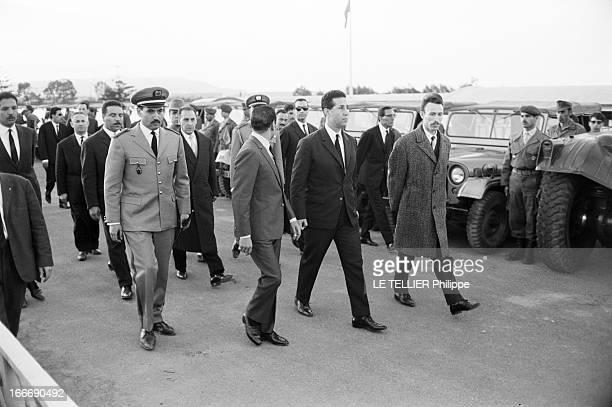 Official Visit Of The King Hassan Ii Of Morocco To Algeria Le 15 mars 1963 de gauche à droite un homme non identifié le roi HASSAN II du Maroc qui...