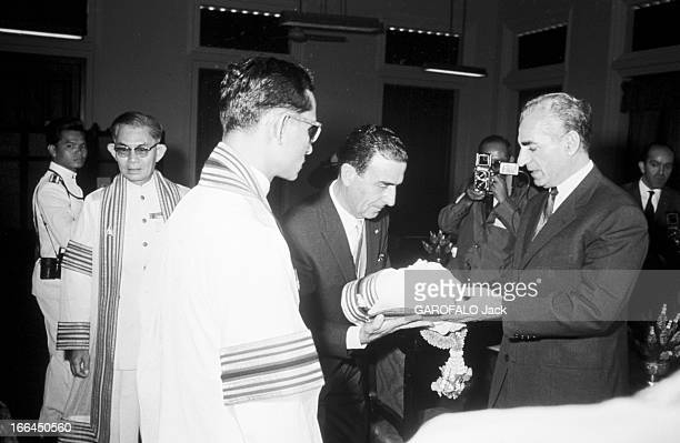 Official Visit Of The Shah Of Iran To Thailand Bangkok 24 Janvier 1968 A l'occasion de la visite officielle en Thaïlande du Shah d'Iran devant le roi...