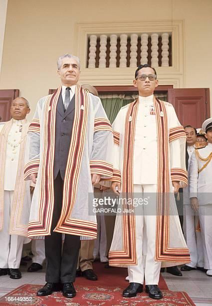 Official Visit Of The Shah Of Iran To Thailand Bangkok février 1968 Devant un groupe d'hommes non identifiés à l'occasion de sa visite officielle en...