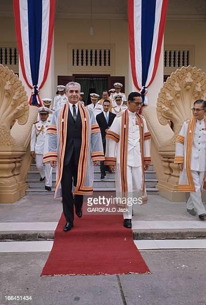 Official Visit Of The Shah Of Iran To Thailand Bangkok février 1968 Devant un groupe d'hommes en uniformes militaires blancs rassemblés sur le perron...