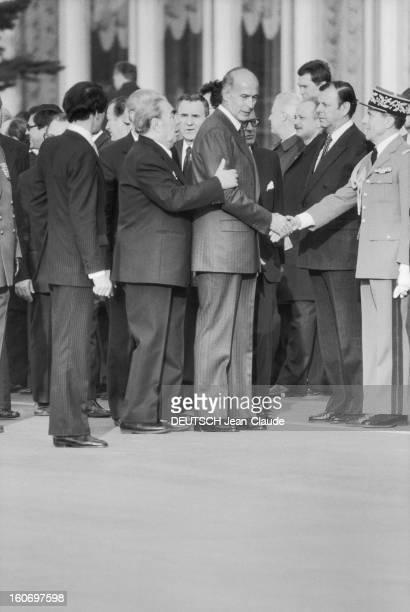 Official Visit Of Valery Giscard D'estaing In The Ussr Leonid BREJNEV prenant Valéry GISCARD D'ESTAING par le bras tandis que celuici serre la main à...