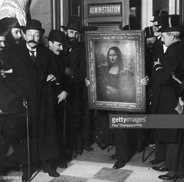 Officials gather around Leonardo da Vinci's 'Mona Lisa' upon its return to Paris 4th January 1914 It was stolen from the Musee du Louvre by Vincenzo...