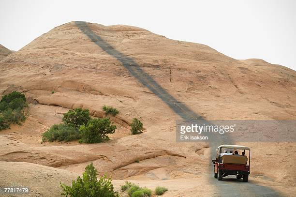 off-road vehicle driving on rock formation - spostarsi verso l'alto foto e immagini stock