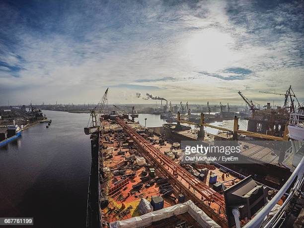 offshore gas platform refinery site - hydrocarbon stock pictures, royalty-free photos & images