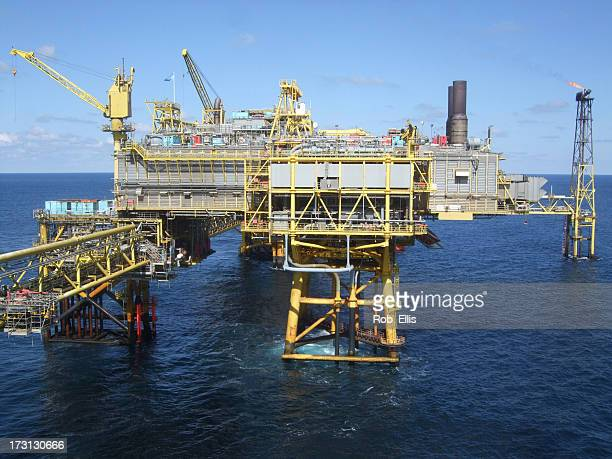offshore oil production platform - gulf of mexico stock pictures, royalty-free photos & images