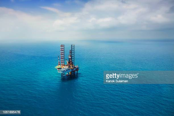 offshore oil rig in the gulf - oil stock pictures, royalty-free photos & images