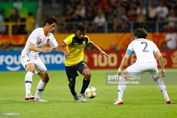 Oh Sehun of Korea Republic competes for the ball with Diego Palacios of Ecuador next to Hwang Taehyeon of Korea Republic during the FIFA U20 World...