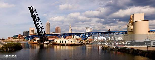 usa, ohio, cleveland, bridge over river cuyahoga - cleveland ohio - fotografias e filmes do acervo