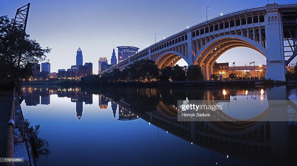 USA, Ohio, Cleveland, Veterans Memorial Bridge at dusk : Stock-Foto