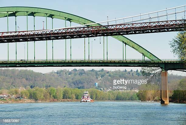 オハイオ川の橋、バージ - オハイオ川 ストックフォトと画像