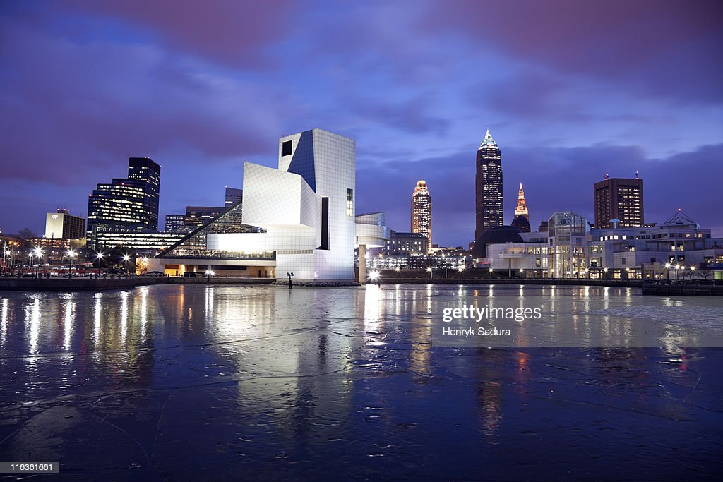 USA, Ohio, Rock and Roll Hall of Fame and Museum across frozen lake at dusk : Stock-Foto