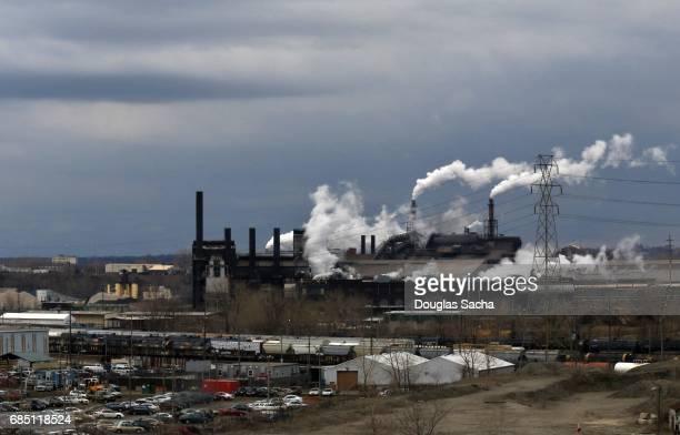 usa, ohio, smoke emitting from factory smoke stacks - cleveland ohio fotografías e imágenes de stock