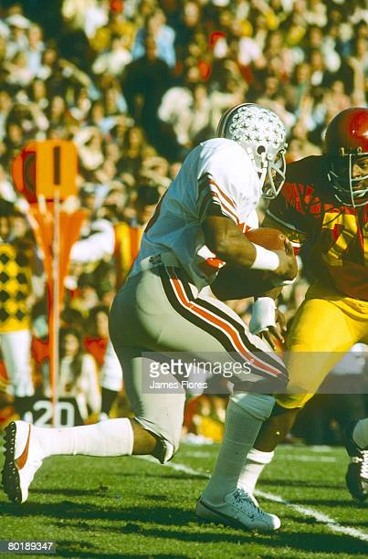 Ohio State running back Archie Griffin who was the 1974 and 1975 winner of the Heisman Trophy carries the football against USC in the Buckeyes 1716...
