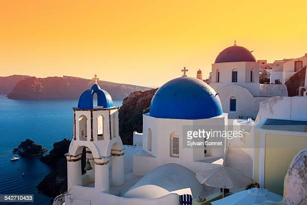 oia at sunset, santorini island, greece - oia santorini fotografías e imágenes de stock