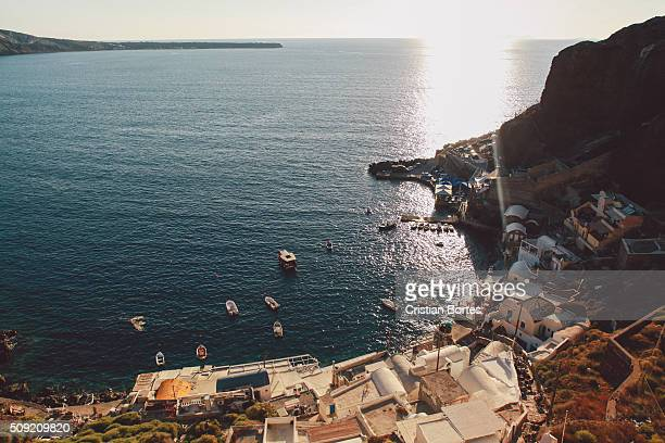 oia harbor at sunset - bortes foto e immagini stock