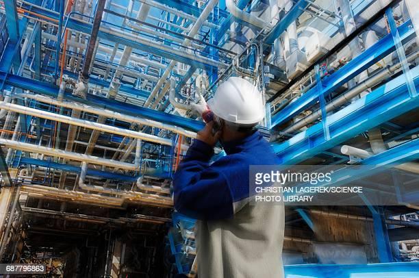 oil and gas worker inside refinery - planta petroquímica fotografías e imágenes de stock