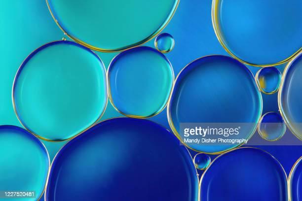 oil and water abstract - bolha estrutura física imagens e fotografias de stock