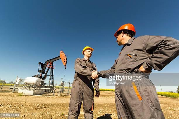 Ölquelle Hände schütteln