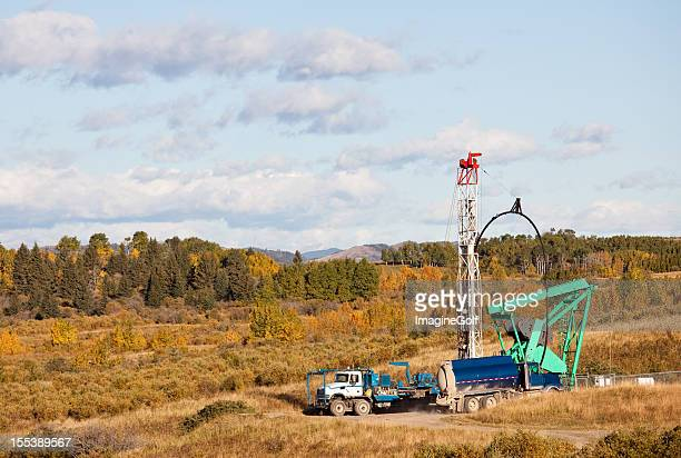 "oil drilling rig in einem feld in alberta ""oil sands region - geologie stock-fotos und bilder"