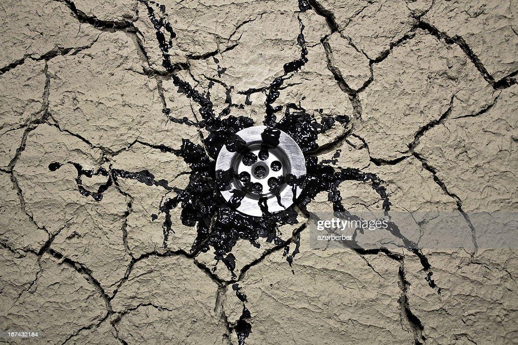 Fuga de óleo throuth de drenagem de água : Foto de stock