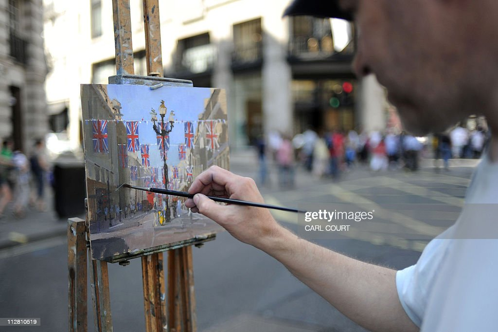 Oil painter Roy Connelly works on a pain : News Photo