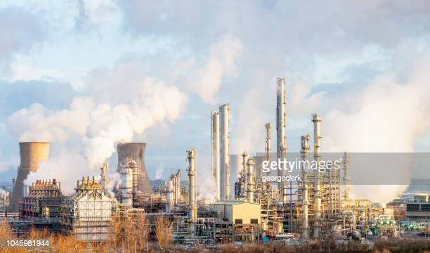 oil refinery and petrochemical plant at grangemouth in scotland - inquinamento ambientale foto e immagini stock