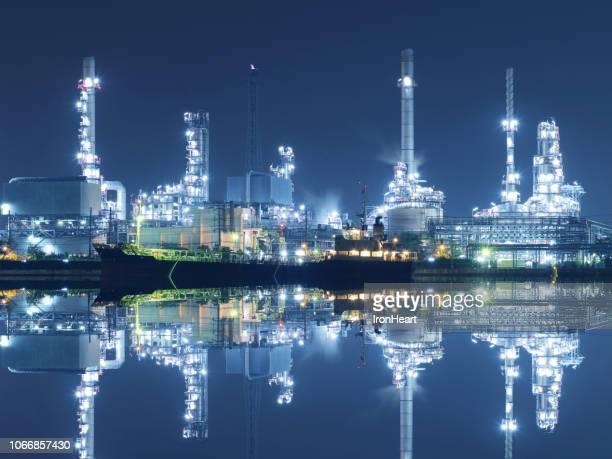 oil refinery at night. - planta petroquímica fotografías e imágenes de stock