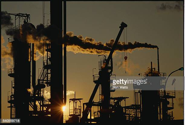 oil refinery at sunset - サルニア ストックフォトと画像