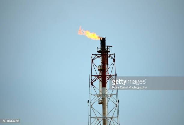 oil refinery flare stack - fracking stock pictures, royalty-free photos & images