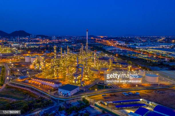 oil refinery industry at night in chonburi, thailand. - industriegebiet stock-fotos und bilder