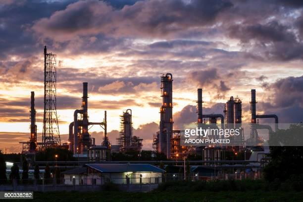 oil refinery - planta petroquímica fotografías e imágenes de stock