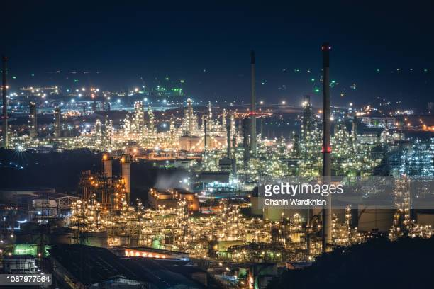 oil refinery plant and gas industrial factory, this immage can use for chemistry, technologe and petrochemical concept - distrito industrial - fotografias e filmes do acervo