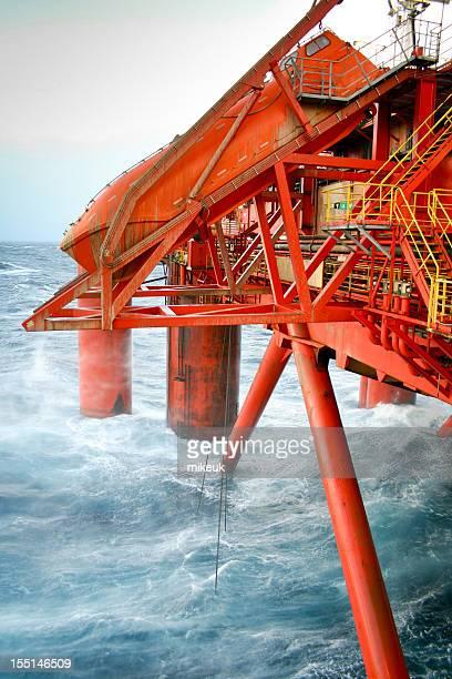 Et canot de sauvetage de plate-forme pétrolière en mer