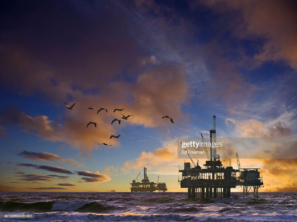 Oil rig in ocean at dusk : Foto stock