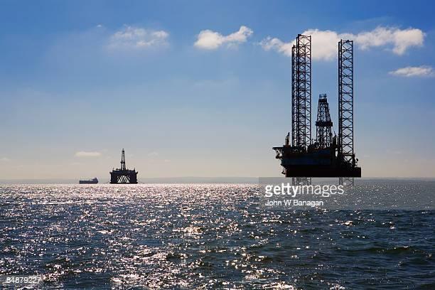 oil rig in sea - gasolina - fotografias e filmes do acervo