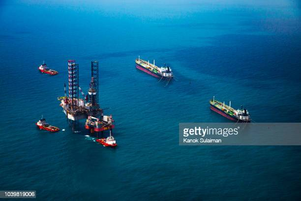 oil rig in the gulf - oil rig stock pictures, royalty-free photos & images