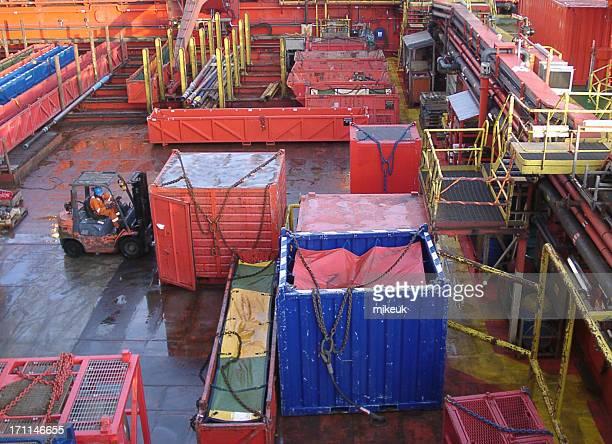 Plateforme pétrolière offshore homme opérer chariot élévateur vider Récipient