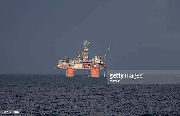 oil rig platform at sea - noordzee stockfoto's en -beelden