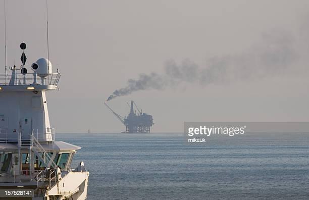 海上で石油掘削装置のプラットフォーム