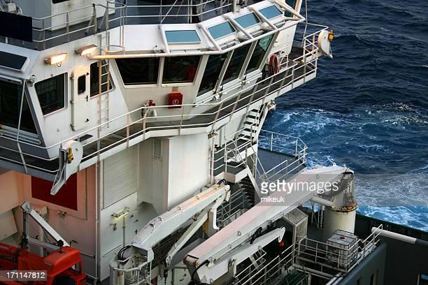 Bateau ravitailleur pour plate-forme pétrolière sur mer
