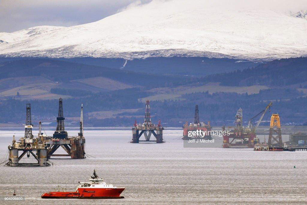 Oil Rigs In The Cromarty Firth Awaiting Decommission : Foto di attualità