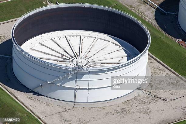 vista aérea do tanque de armazenamento de óleo - storage tank - fotografias e filmes do acervo