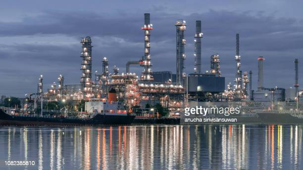 oil tankers park at oil port at night. - 液化天然ガス ストックフォトと画像