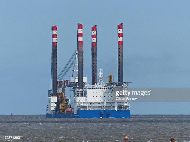 CONTENT] Oil/Gas rig inbound for Birkenhead Appears to be under its own power but is being pushed by a tug