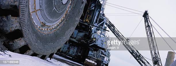 oilsands mineração equipamento no inverno - indústria petrolífera imagens e fotografias de stock