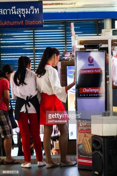 evento de promoción de oishi en bangkok - kathoey fotografías e imágenes de stock