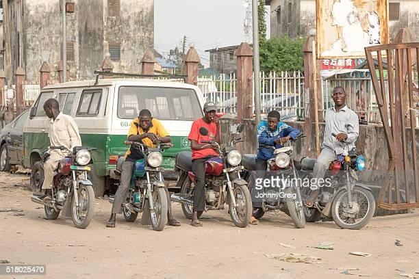 okada taxis motos coureurs de lekki, lagos, nigéria - lagos nigeria photos et images de collection